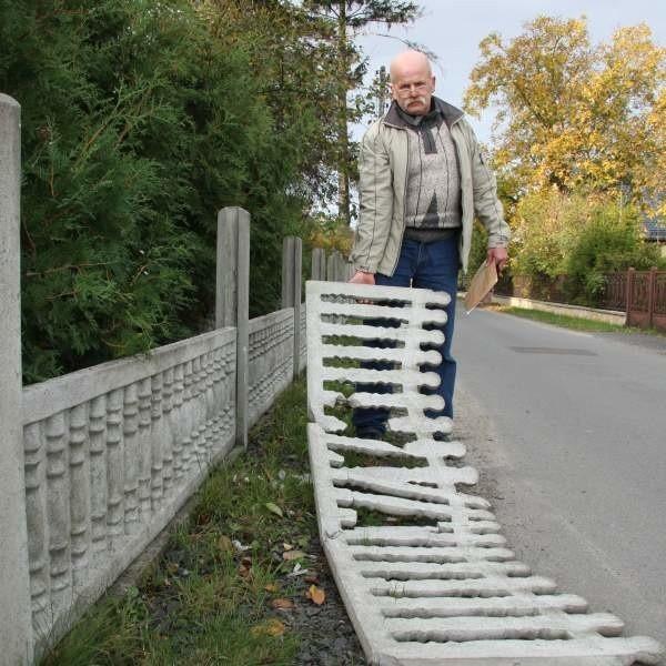 Stanisłw G., jeden z właścicieli posesji przy ul. Metalowej pokazuje efekty przemarszu wandali przez osiedle. - Betonowe przęsła kopali nogami łamiąc i krusząc - mówi.