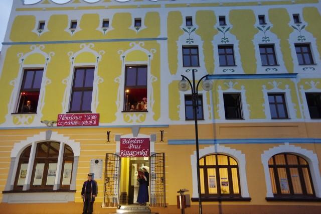 Fasada zabytkowego budynku jest już wyremontowana. Żółto-pomarańczową kolorystykę uzgodnił konserwator zabytków.