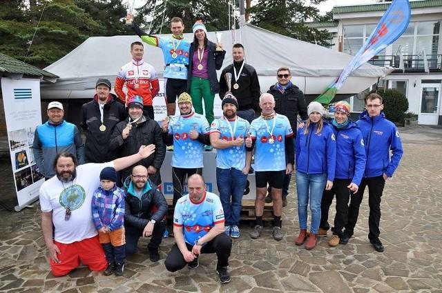 """Uczestnicy i organizatorzy niecodziennych zawodów na plaży """"Kaskada"""" w podpoznańskim Baranowie"""