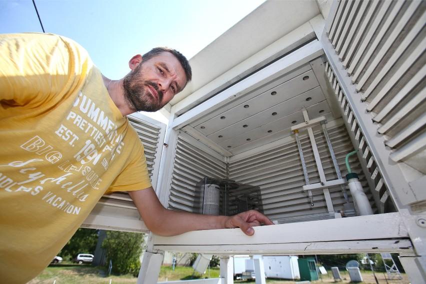 Klimatolog, dr Marek Błaś, regularnie sprawdza temperaturę w...