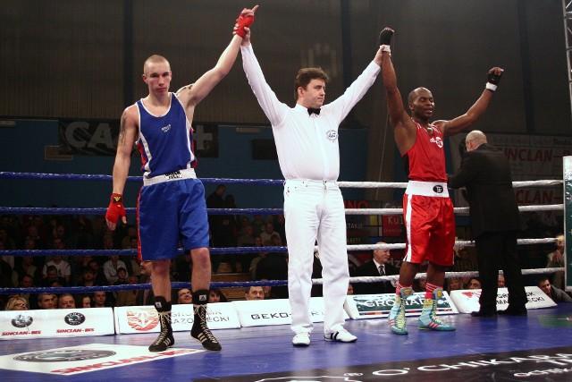 Tarnowski pięściarz Dariusz Sęk (z lewej) znów wygrywa
