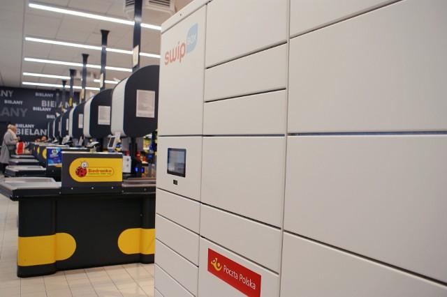 Już od ponad 2 lat klienci Poczty Polskiej mogą odbierać przesyłki z automatów paczkowych, zlokalizowanych w sklepach Biedronka.