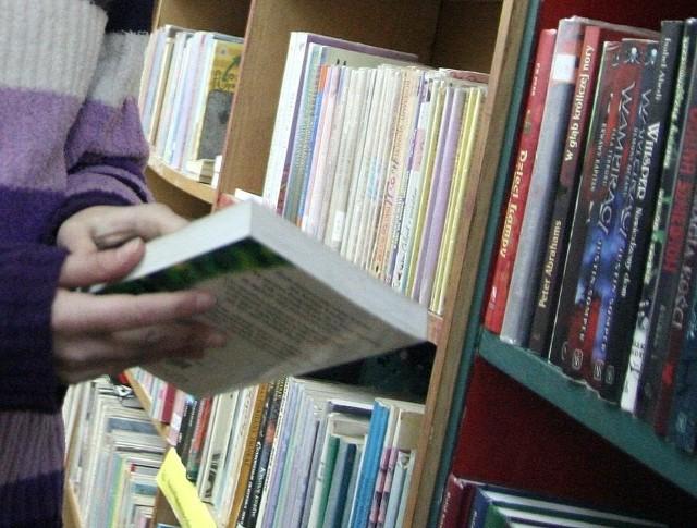 Uczniowie sięgają po biblioteczne źródła