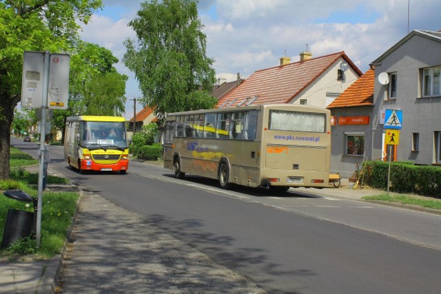 Obecny i były przewoźnik miejski mijają się na ul. Głogowskiej. Zdjęcie to udało się nam zrobić tylko dlatego, że autobus MZK (z lewej) spóźnił się ponad 5 minut. Po prawej pojazd PKS Nowa Sól.