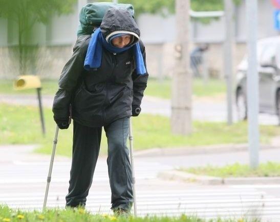 """Wszyscy mówią o niej """"Termalka"""", niewielu jednak wie, że kobieta wcale nie chodzi bez celu. Zdradziła nam, że zamierza pieszo przejść 150 tysięcy kilometrów! Ubrana od stóp do głów, w kapturze i z ogromnym plecakiem """"Termalka"""" przemierza codziennie ulicami Kielc 30 kilometrów."""