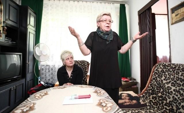 Pani Jadwiga i jej córka Izabela nie są w stanie pojąć, jak ksiądz mógł zapomnieć o pogrzebie.