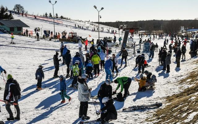 W niedzielę stok w Myślęcinku opanowali narciarze i snowboardziści oraz saneczkarze. Wszyscy się świetnie bawili.No kolejnych stronach zdjęcia z szusowania. Proszę przesuwać za pomocą palca w smartfonie oraz za pomocą strzałek na ekranie komputera>>>