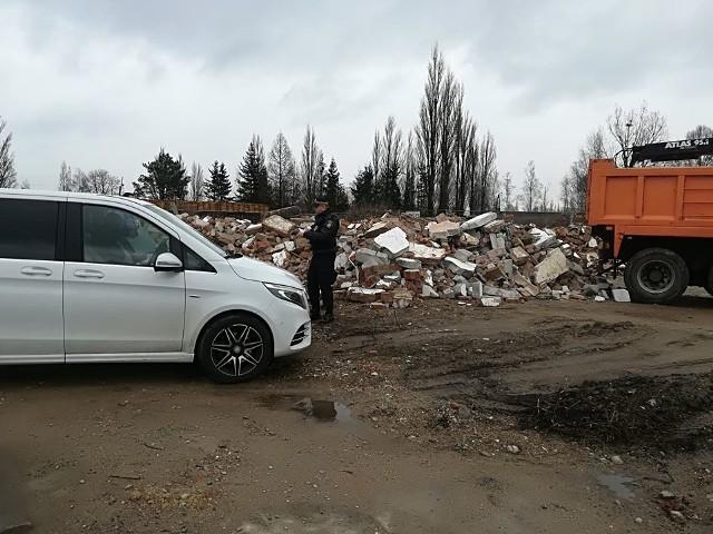 Poznańska straż miejska ujawniła składowisko gruzu i odpadów poremontowych. Na działce przy ul. Nowosolskiej znaleziono 80 ton odpadów.
