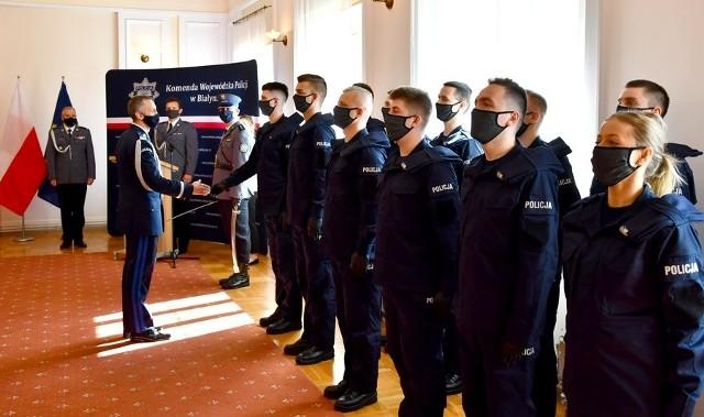Dziesięciu mężczyzn i dwie kobiety. Nowo przyjęci mundurowi po półrocznym kursie w szkole policyjnej, będą pełnić służbę w podlaskich jednostkach.