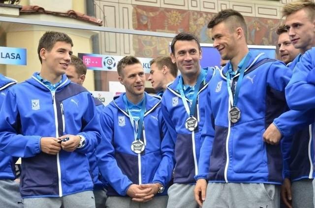 Piłkarze Lecha Poznań podczas wręczenia medali za wicemistrzostwo Polski