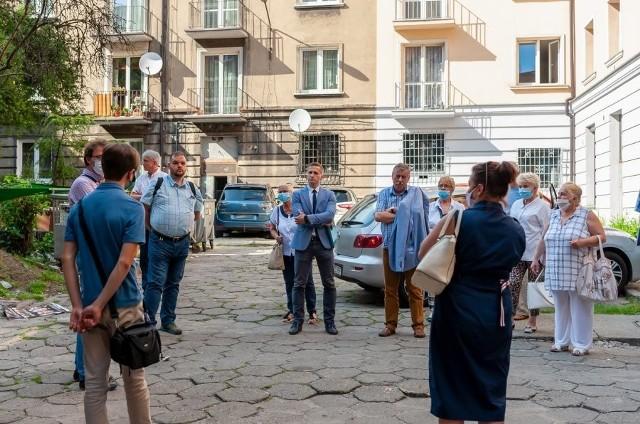 W piątek, 24 lipca odbyły się konsultacje z mieszkańcami w sprawie rewitalizacji ul. Zaułek w Bytomiu.Zobacz kolejne zdjęcia. Przesuwaj zdjęcia w prawo - naciśnij strzałkę lub przycisk NASTĘPNE >>>