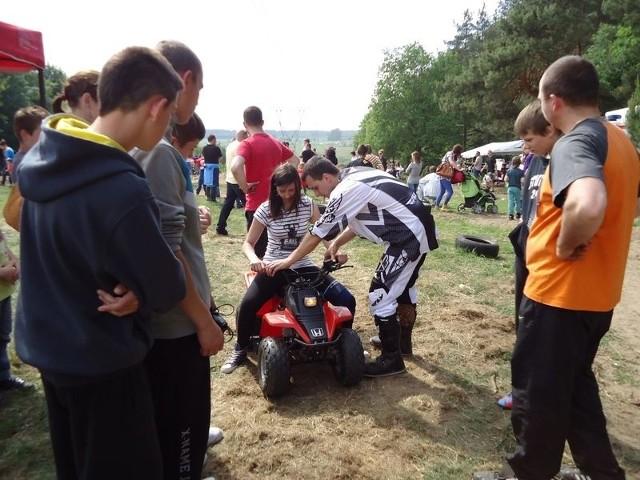 Dzieci i młodzież bardzo chętnie korzystali z możliwości przejażdżek quadami.