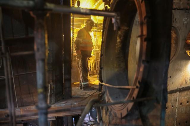 Wielki piec w krakowskim oddziale ArcelorMittal Poland przeszedł w ostatnich latach gruntowny remont i hutnicy myśleli, że popracuje przez kolejne dekady. A oni wraz z nim...