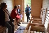 Mieszkańcy gminy Wojaszówka mogą korzystać z apiterapii. W Łączkach Jagiellońskich postał pszczeli domek z ulami [ZDJĘCIA]