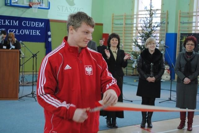 Tomasz Zieliński przeciął biało-czerwoną wstęgę do końca...