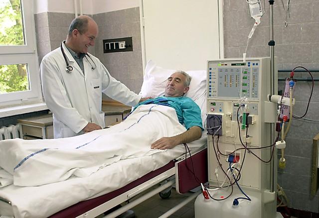 Z leczenia nerkozastępczego w szpitalu wojewódzkim w Szczecinie korzysta 90 osób. Niemal wszystkim należy podawać erytropoetynę. Na zdjęciu dr Jerzy Chłodny z dializowanym pacjentem.