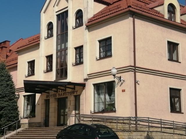 Majówka z jogą na zewnętrznym tarasie Hotelu Basztowy w Sandomierzu. Przyjdź na bezpłatne zajęcia. Ćwicz i wspieraj Bartusia Przychodzkiego