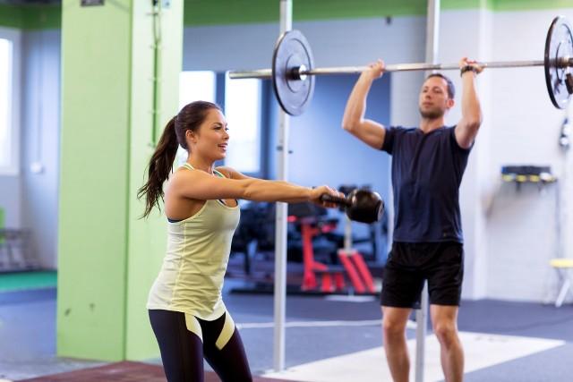 Jak wrócić do aktywności, gdy brakuje sił i motywacji? Jak podnieść formę i poziom zadowolenia z wysiłku? Jak skrócić czas niezbędny do uzyskania zamierzonych celów? To pytania, które nurtują większość osób myślących poważnie o poprawie kondycji i sylwetki. Polecamy sprawdzone w badaniach sposoby na to, by dzięki aktywności i dobrej diecie wyglądać i czuć się lepiej w jak najszybszym czasie. Wypróbuj 10 dietetycznych, fitnessowych i psychologicznych trików na bycie bardziej FIT!