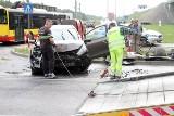 Wypadek przy AOW w pobliżu stadionu. Dwie osoby ranne