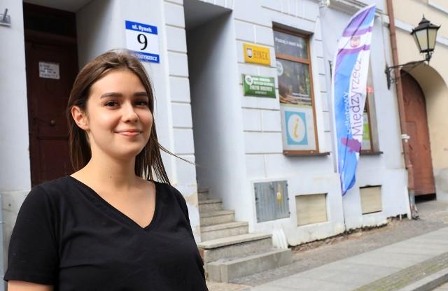 Martyna Osadnik zaprasza do Punktu Informacji Turystycznej.