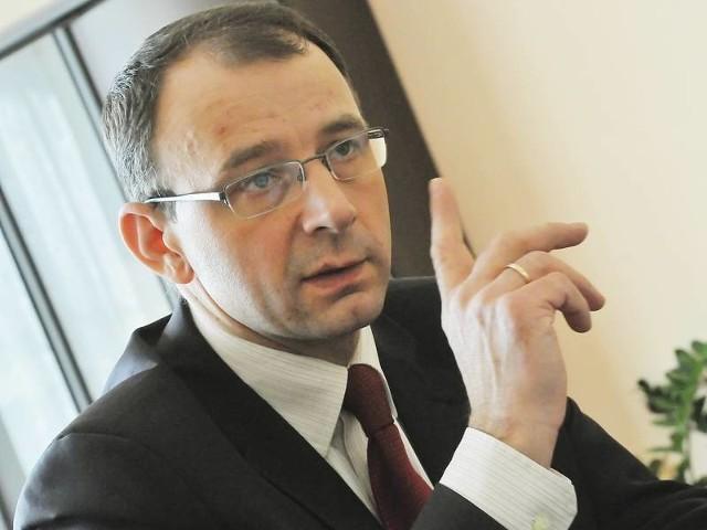 Burmistrz zarabia miesięcznie 10,5 tys. zł. - Kiedy w grudniu radni wyznaczali moją pensję nie wiedzieli w jak trudnej jesteśmy sytuacji. Obniżę ją - tłumaczy Marek Cebula.