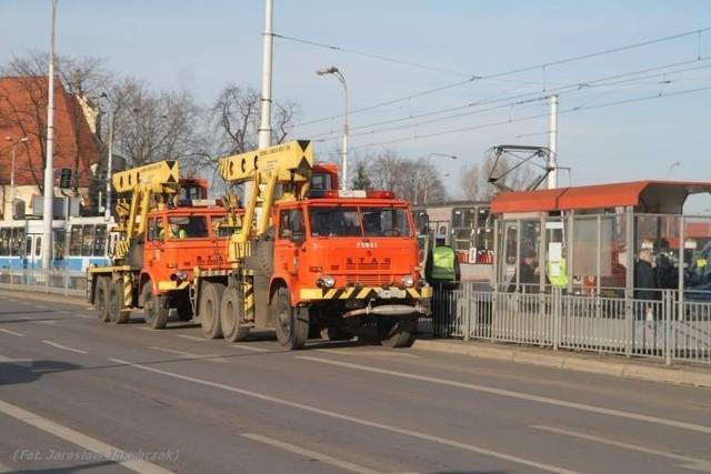 Sobota - do wypadku na pl. Wróblewskiego wysłano dwa stare dźwigi MPK widoczne na zdjęciu