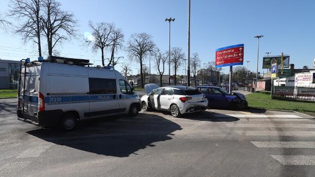 Wypadek na Pabianickiej w Łodzi. Pijany i bez prawa jazdy rozbił dwa samochody. Zadziałał system eCall