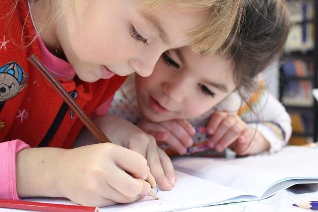 """Rodzice uczniów mogą się ubiegać o świadczenie 300 plus, czyli tzw. wyprawkę szkolną. Można je otrzymać raz w roku, bez względu na dochód rodziny. Świadczenie przysługuje na dzieci uczące się w szkole, aż do ukończenia przez nie 20. roku życia lub w przypadku dzieci niepełnosprawnych uczących się w szkole – do ukończenia przez nie 24. roku życia. W 2021 roku wnioski o świadczenie 300 plus z programu """"Dobry Start"""" można składać tylko elektronicznie - za pomocą Platformy Usług Elektronicznych (PUE) ZUS, bankowości elektronicznej lub portalu Emp@tia."""