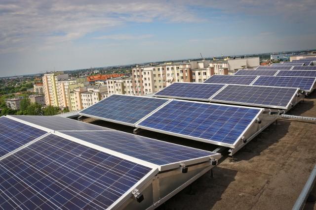 Elektrownia słoneczna na dachu jednego z bloków we Wrocławiu.