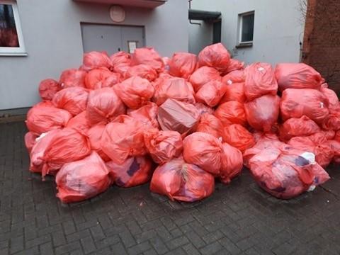 Dziesiątki worków z odpadami pocovidowymi zalegają pod szpitalem zakaźnym przy ul. Żurawiej. Spalarnie nie nadążają z ich utylizacją.