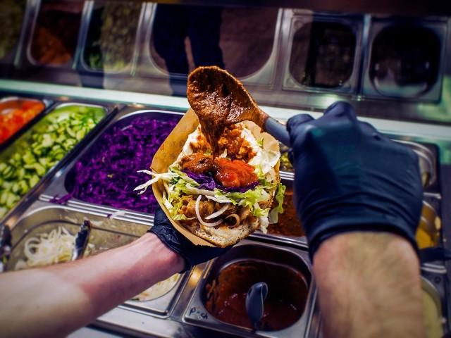 Gdzie w Poznaniu serwują najlepszy kebab? Przygotowaliśmy ranking lokali z najwyższymi ocenami w serwisie Google. Pod uwagę wzięliśmy te, które specjalizują się w tym daniu i mają przynajmniej 25 ocen. Zobacz ranking najlepszych lokali z kebabem w Poznaniu  ---->