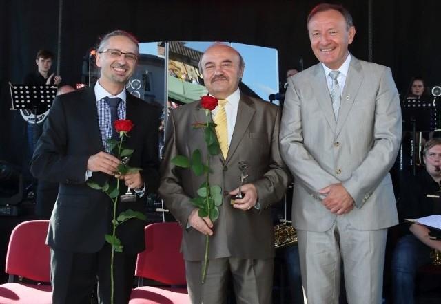 Od lewej: Korneliusz Wiatr, Henryk Mrozek i burmistrz Sylwester Lewicki