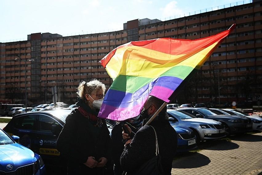 Protest przed komisariatem w Gdańsku. Przedstawiciele środowisk LGBT mówią o szykanowaniu oraz nieadekwatnych działaniach mundurowych