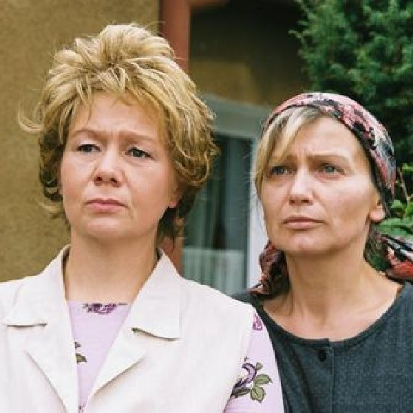 """Katarzyna Żak (na zdjęciu z prawej) i Dorota Nowakowska w serialu """"Ranczo"""""""