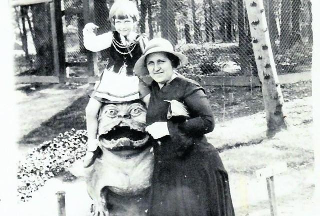Z mamą Walerią (z domu Jaźwińska) na psie Kawelina, który przed wojną stał przy ogrodzeniu pałacu Branickich