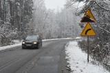 Zima atakuje w czwartek. Śnieg pada, drogi są oblodzone. Ostrzeżenie 2. stopnia WIDEO + ZDJĘCIA