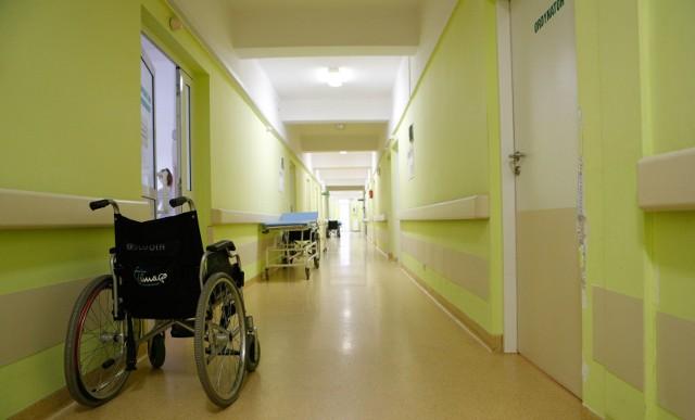 W szpitalach oraz domach opieki społecznej wprowadzono procedury zmniejszające ryzyko transmisji zakażenia na innych pacjentów