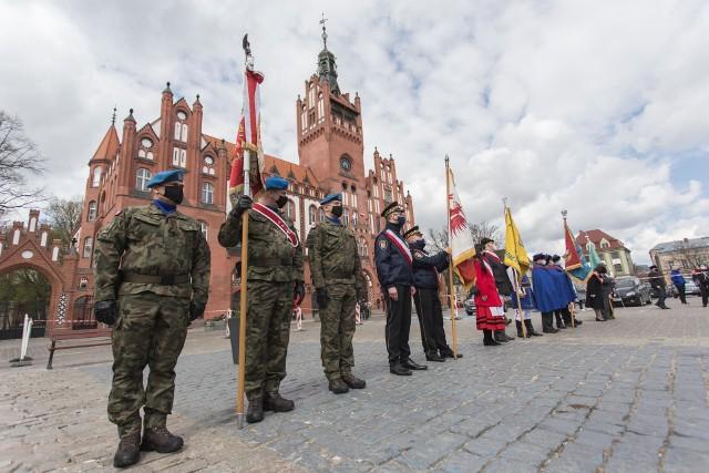 Obchody rocznicy Konstytucji 3 maja pod ratuszem w Słupsku