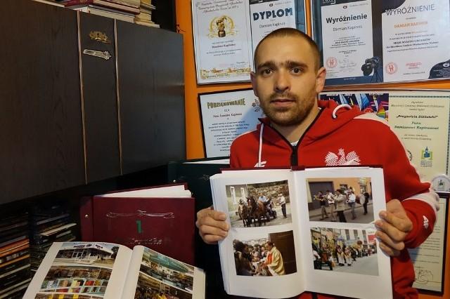 Damian Kapinos przez kilkanaście lat dokumentował codzienność mieszkańców Grodkowa oraz wydarzenia na Opolszczyźnie. Teraz drukuje najciekawsze zdjęcia i umieszcza je w kronikach.