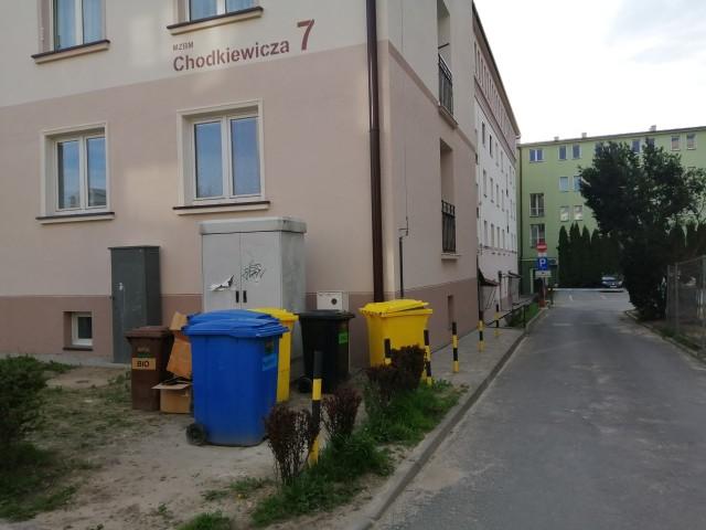 Mieszkańcy bloku proszą o przesunięcie kubłów z odpadami w inne miejsce. Zwracają uwagę, że skrawek zieleni przy samym bloku nie jest odpowiednim miejscem na kosze.