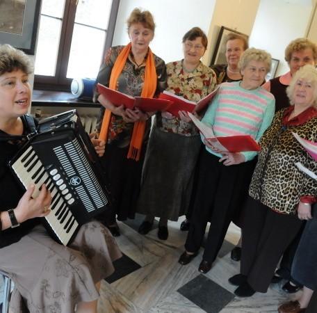Choć Danuta Kaczmarek jest na emeryturze, to ani z akordeonem, ani z zespołem nigdy się nie rozstaje