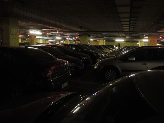 Centra handlowe, przemysł i miejsca rozrywki ograniczają zużycie energii elektrycznej. Z tego powodu niektóre są całkowicie zamknięte, a inne wyłączają zbędne oświetlenie, lub redukują pobór mocy wyłączając oddziały.