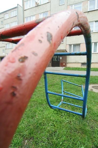 Jak widać, zabawkom na placu zabaw przy ul. Wyszyńskiego 7 przydałoby się malowanie