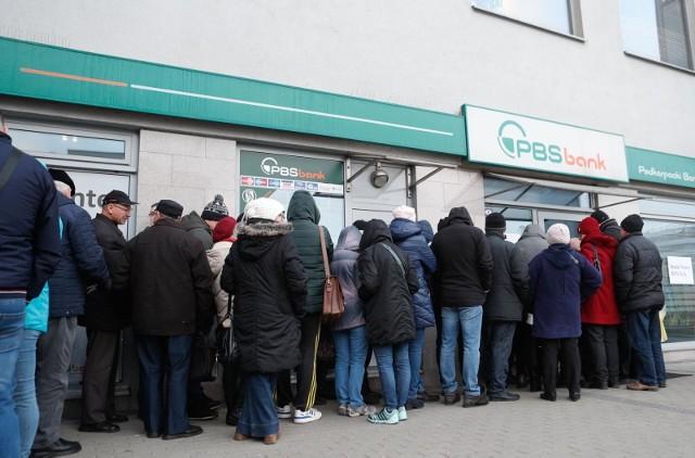W styczniu 2020 roku mieszkańcy Podkarpacia godzinami stali przed siedzibami PBS, w nadziei, że wypłacą ulokowane tam pieniądze.