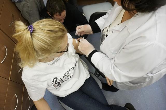 Szczepienia medyków mają pomóc w walce z pandemią.