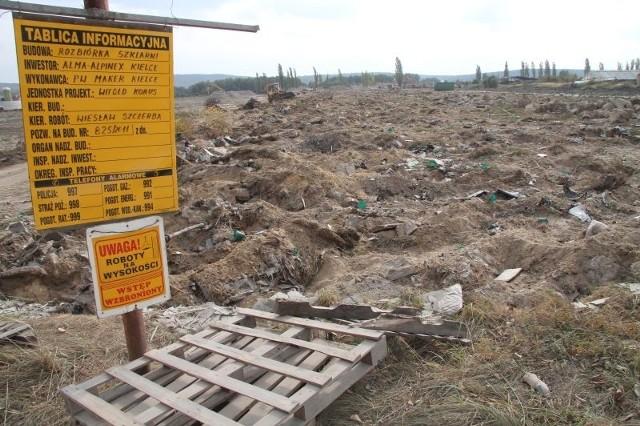 Po większości szklarni w Piekoszowie, pozostał tylko gruz. Trwają prace porządkowe. Fot. Aleksander Piekarski
