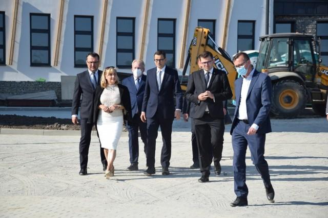 Wizyta premiera Mateusza Morawieckiego w budowanej nowoczesnej szkole w Przybysławicach