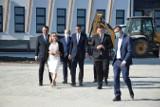 Premier Morawiecki na budowie nowoczesnej szkoły w gminie Zielonki. Podkreślił, że takie obiekty będą budowane w ramach programu Polski Ład