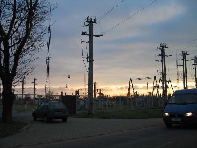 Ta stacja transformatorowa w Koplinie została wybudowana jeszcze w latach 70-tych. Na rozpatrzenie wniosków o budowę nowych linii kablowych czekają także mieszkańcy ulic Rybackiej, Rycerskiej, Kościuszki, Chrobrego, Jagiełły, Matejki i Dąbrowszczaków. Tam cała sieć jest przestarzała i ciągle ulega awariom. Brak decyzji o ustaleniu lokalizacji powoduje brak niemożność przyłączenia do sieci energetycznej tych, którzy zamierzają budować domy i prowadzić działalność gospodarczą.