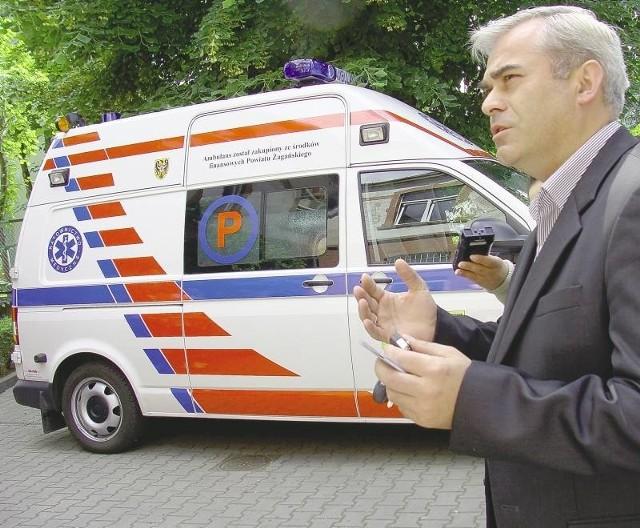 Marek Femlak, wicedyrektor 105 Szpitala Wojskowego dziękował radnym z mądrość i poprawę bezpieczeństwa mieszkańców powiatu i zaznaczał, że karetka będzie służyć w Żaganiu